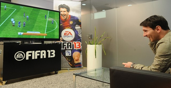 messi-playing-fifa-13