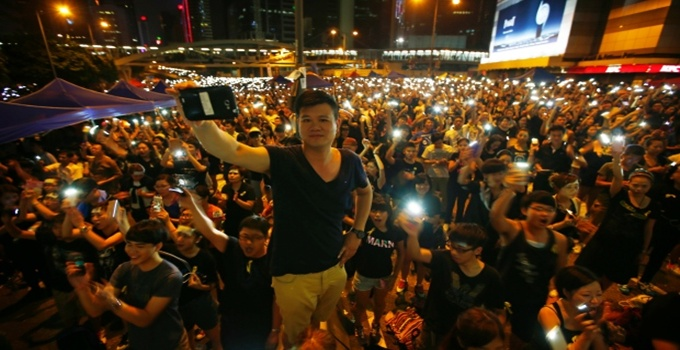 hong-kong-protester-mobile-phone