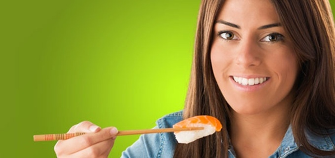 woman_eating_sushi_570